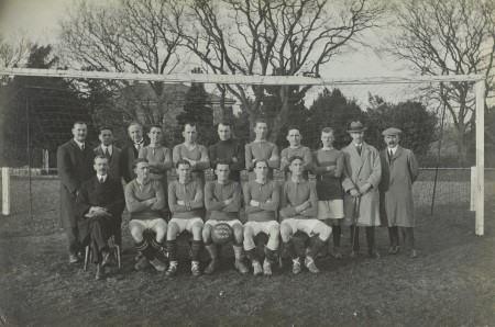 Tîm pêl-droed yr ysbyty yn ystod tymor 1919-1920. Hawlfraint Helsby of Denbigh