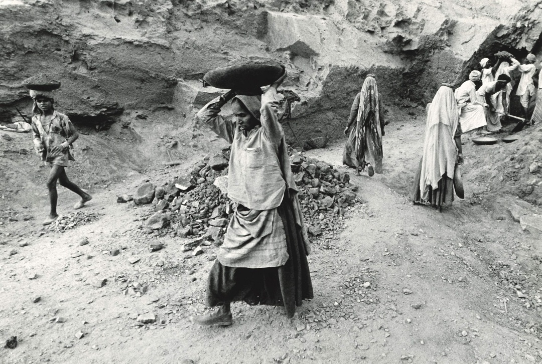 Migrant stone quarry workers, India, 1981-2 Copyright Adrianne Jones. Courtesy of Richard Burton Archives, Swansea University